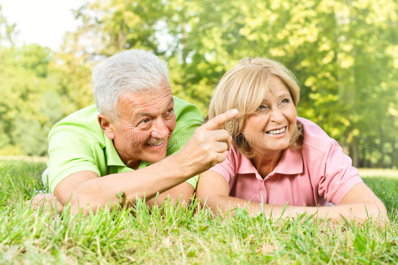 relaksujący szczęśliwi starzy ludzie obrazy stock
