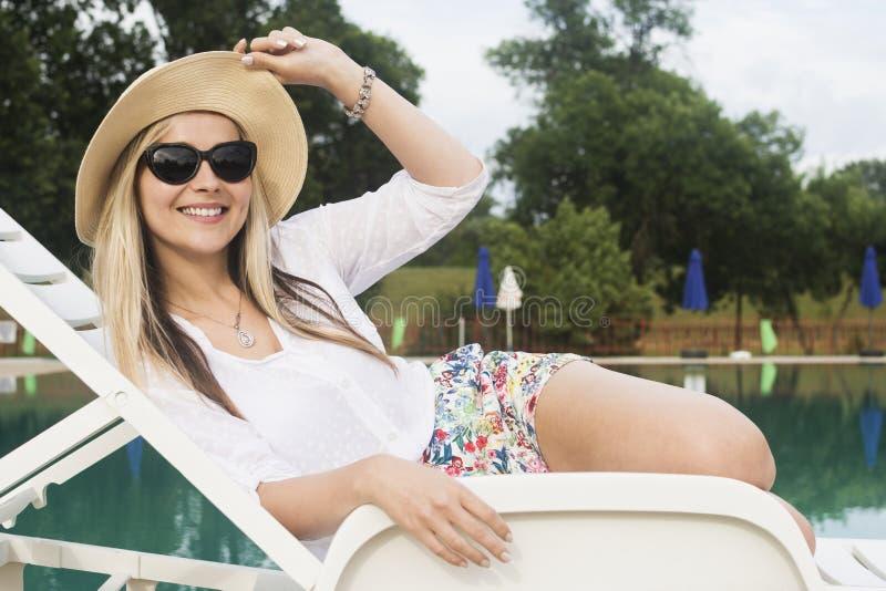 Relaksujący uśmiechnięty kobiety poolside zdjęcia royalty free