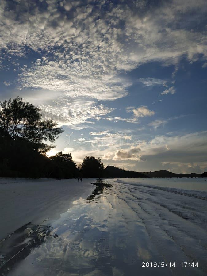 Relaksujący zmierzch z bławym niebem przy Praslin Seychelles fotografia stock