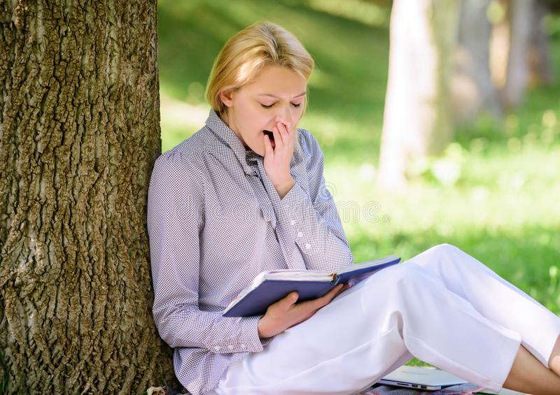 Relaksuje czas wolnego hobby pojęcie Najlepszy zaradność książki dla kobiet Dziewczyna męczący ziewanie siedzi parkową chudą drze zdjęcie stock