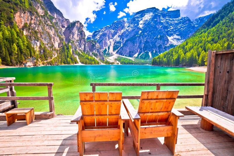 Relaksuje pokładu krzesła Braies jeziorem w Alps fotografia royalty free