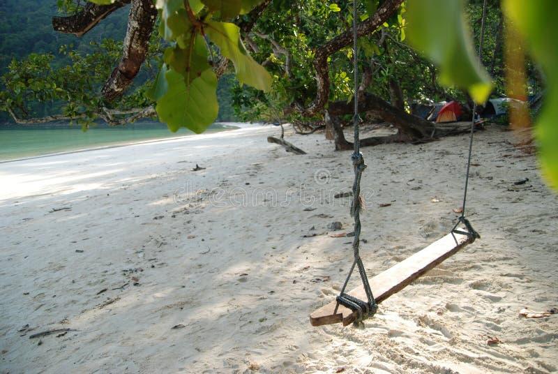 Relaksuje Tajlandzką huśtawkę na Tajlandia chłodu plaży zdjęcie royalty free