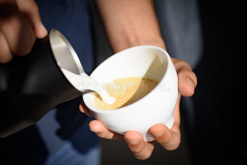 Relaksuje w kawiarni, sklep z kawą lub pić Perfect ranek z kawą Americano lub kawy espresso latte, nalewamy mleko Barista zdjęcie stock