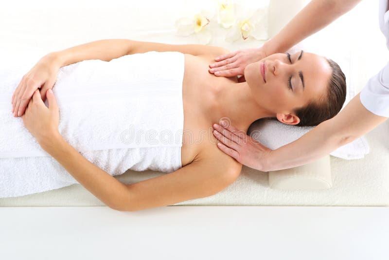 Relaksuje w zdroju - kobieta przy masażem obrazy royalty free