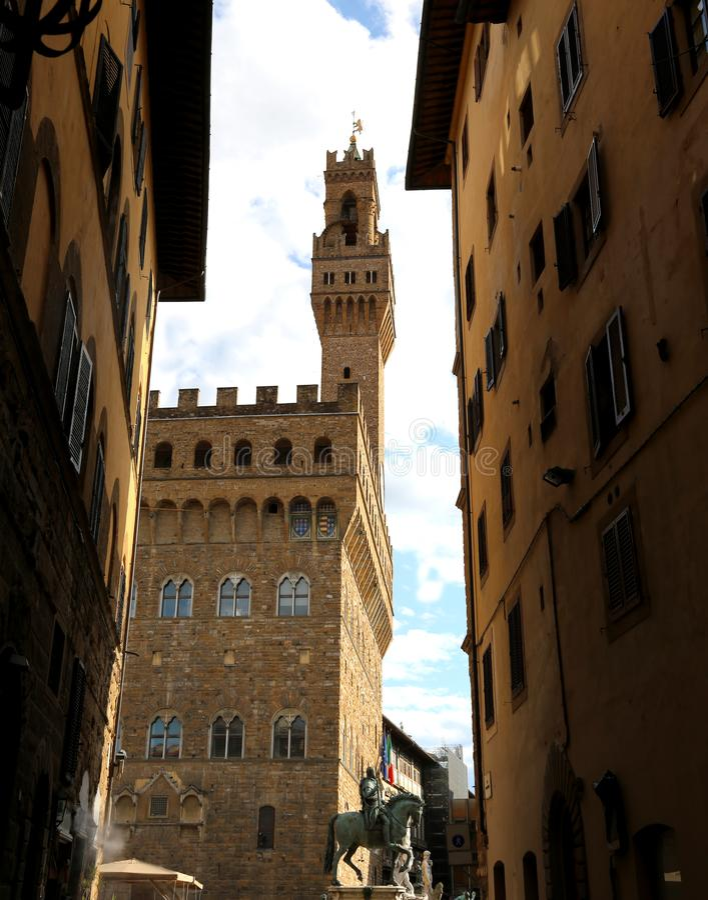 Relance de uma aleia da torre velha do palazzo em Florença nela foto de stock royalty free