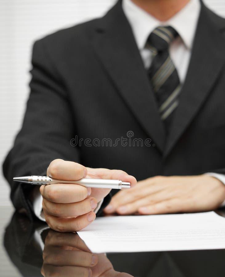 Relatório da leitura do homem de negócios imagens de stock royalty free