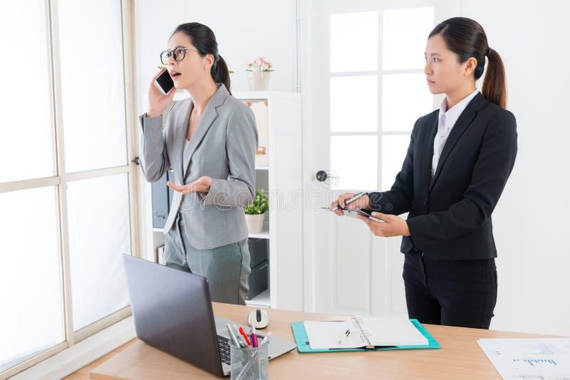 Relatório de espera do ajudante fêmea do negócio imagem de stock