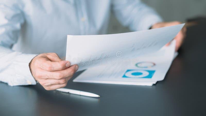 Relatório de revisão do diretor-executivo da reunião de negócios imagem de stock