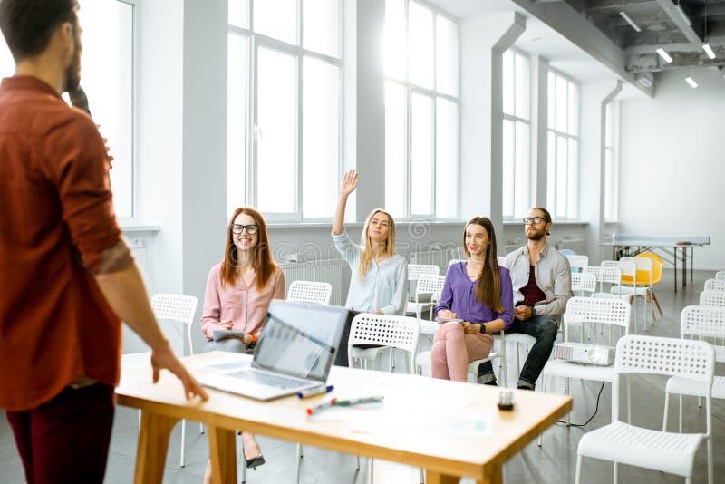 Relatório do conferente à audiência em uma sala de conferências imagem de stock