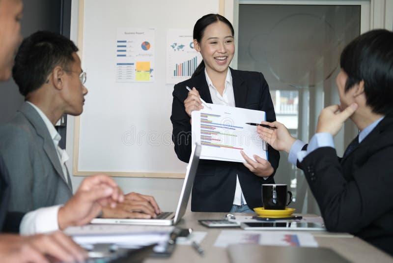 Relatório financeiro atual do plano da mulher de negócios à equipe do trabalhador do co W fotografia de stock royalty free