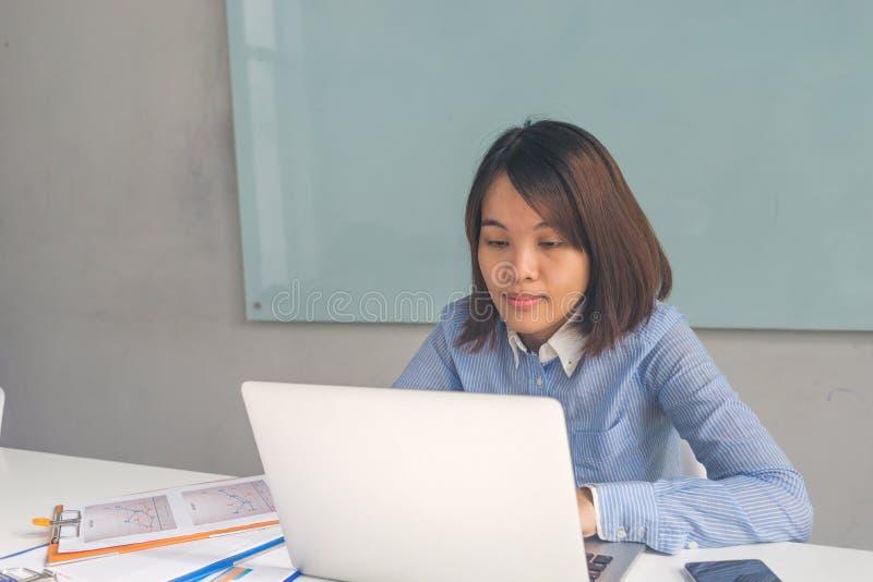 Relatório financeiro de leitura da mulher de negócios asiática nova fotografia de stock royalty free
