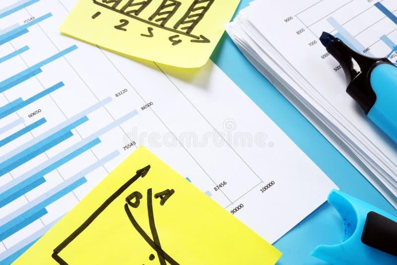 Relatório financeiro para a auditoria Pilha de papéis com cartas de negócio imagens de stock
