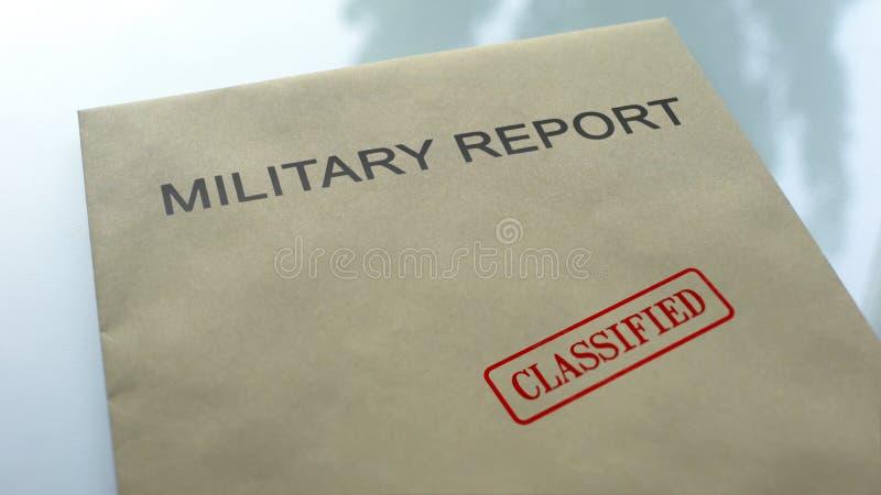 Relatório militar classificado, selo carimbado no dobrador com documentos importantes imagem de stock