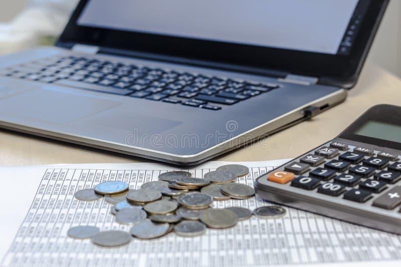 Relatório, moedas, calculadora e taptop explicar financeiro sobre fotografia de stock