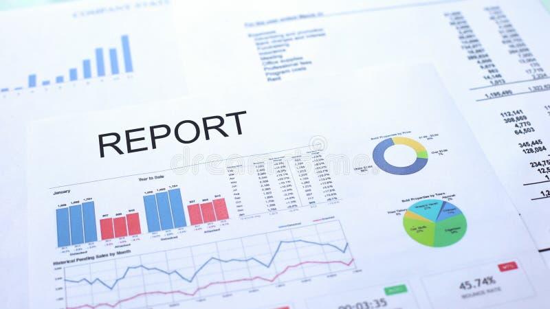 Relatório que encontra-se na tabela, nas cartas dos gráficos e nos diagramas, documento oficial, estatísticas imagem de stock royalty free