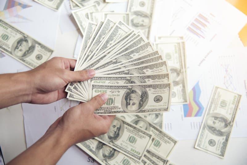 Relatório sumário financeiro documentos de negócio na tabela do escritório com o gráfico financeiro e os dólares imagem de stock