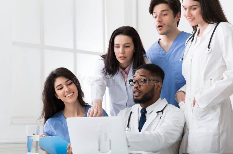Relatórios médicos de Team Of Expert Doctors Examining no hospital foto de stock