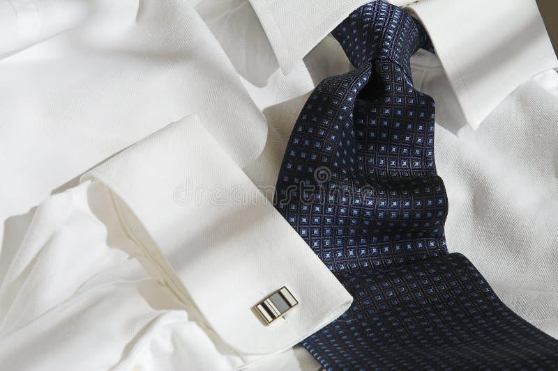 Relation étroite et chemise bleues images stock