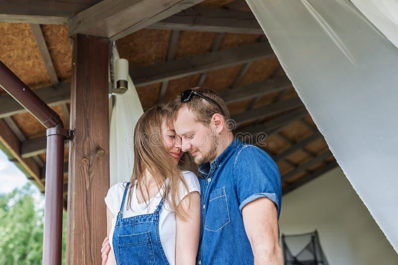 Relations douces de beaux jeunes couples Personnes heureuses de concept images libres de droits