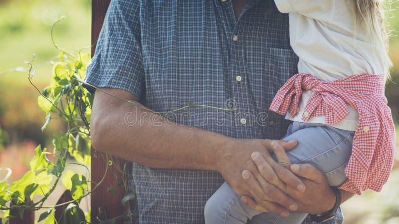 Relations fortes de grand-père et de petite-fille image stock