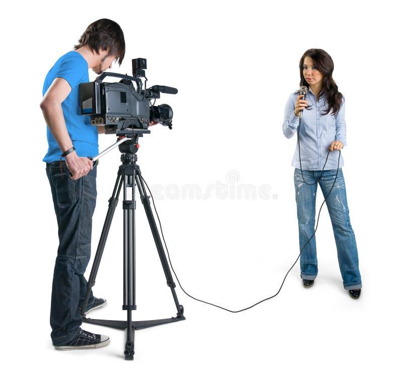 Relatore della TV che presenta le notizie in studio. immagine stock