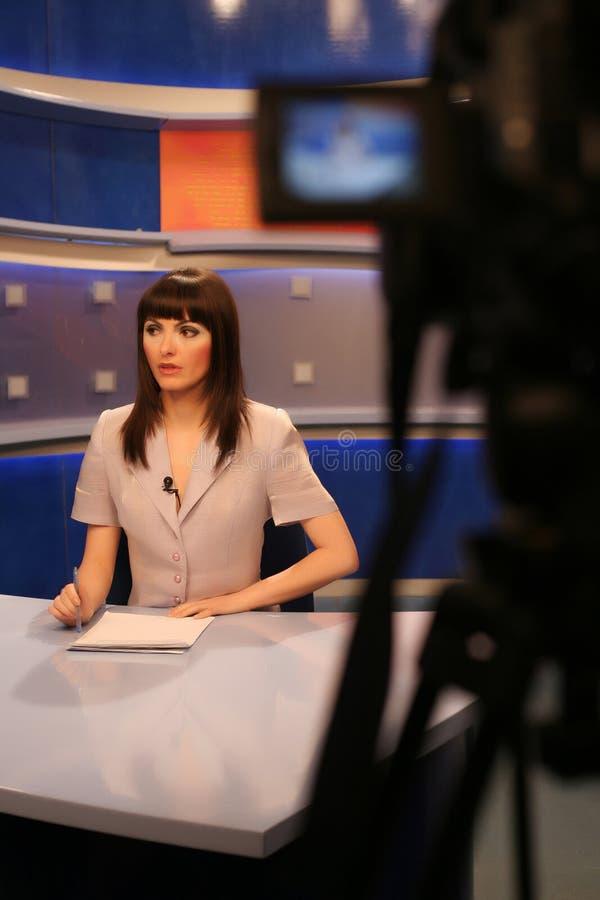 Relatore della TV in studio fotografia stock