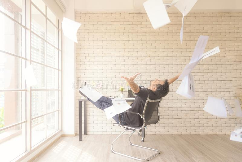 Relax工作 扔一束纸的亚洲商人庆祝结尾的他的工作和成功报告 他放松和愉快 库存图片