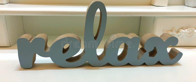 Relax - mot inspirant avec des lettres en bois sur fond blanc images libres de droits