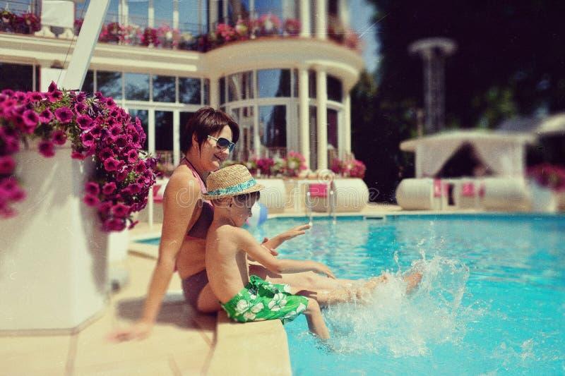 мамочка возле бассейна отличаются обычных