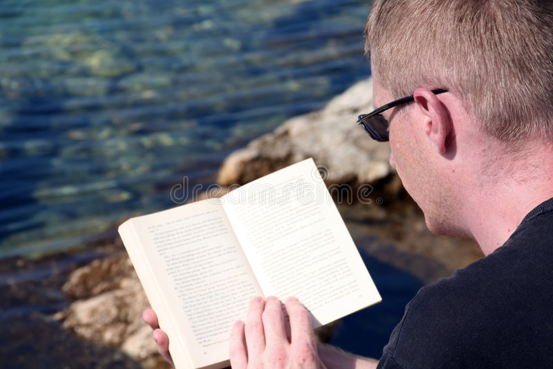 Relaxamento ao ler foto de stock royalty free