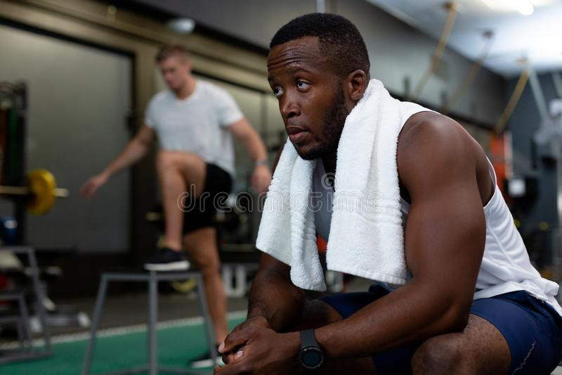 Relaxamento atlético masculino no fitness center imagens de stock
