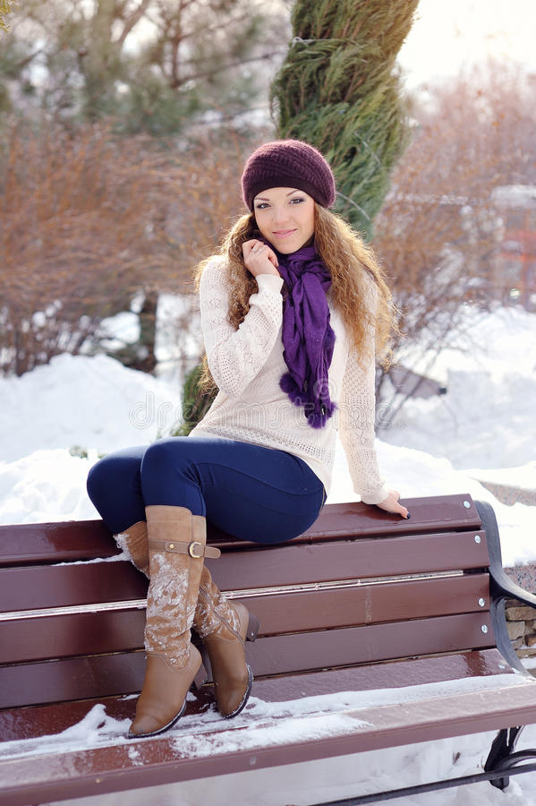 Relaxamento bonito de sorriso da jovem mulher exterior em um dia de inverno imagem de stock