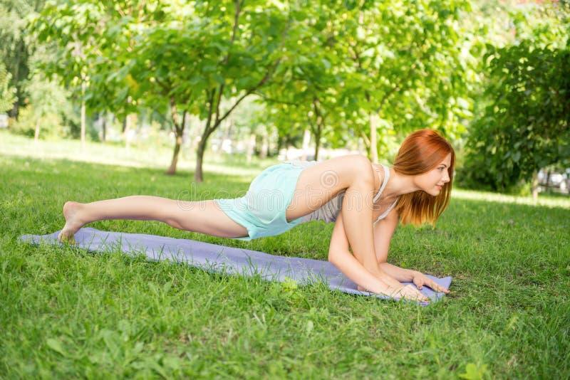 Relaxamento com ioga fotografia de stock