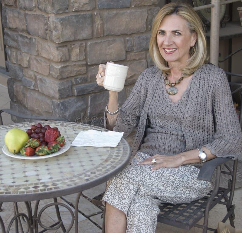 Relaxamento com placa da fruta fotografia de stock royalty free