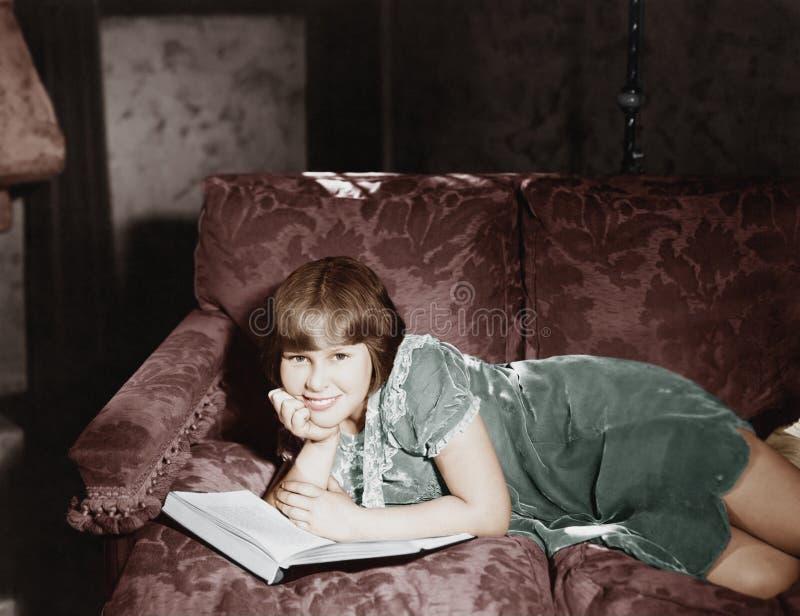 Relaxamento com um bom livro (todas as pessoas descritas não são umas vivas mais longo e nenhuma propriedade existe Garantias do  fotografia de stock