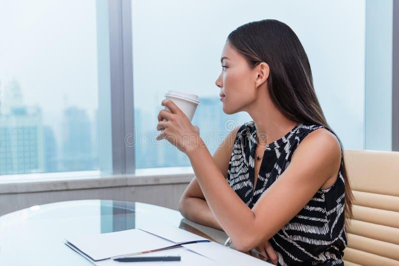 Relaxamento de pensamento bebendo do café da mulher do escritório fotografia de stock royalty free