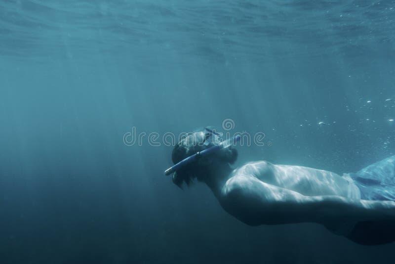 Relaxamento do indivíduo de Freediver subaquático fotos de stock