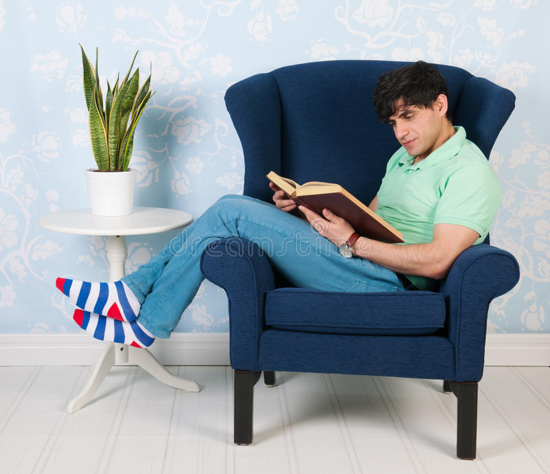 Relaxamento e leitura em casa fotografia de stock royalty free