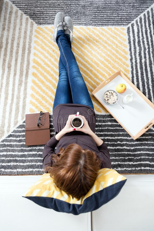 Relaxamento em casa imagem de stock