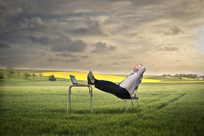 Relaxamento em um campo imagens de stock royalty free