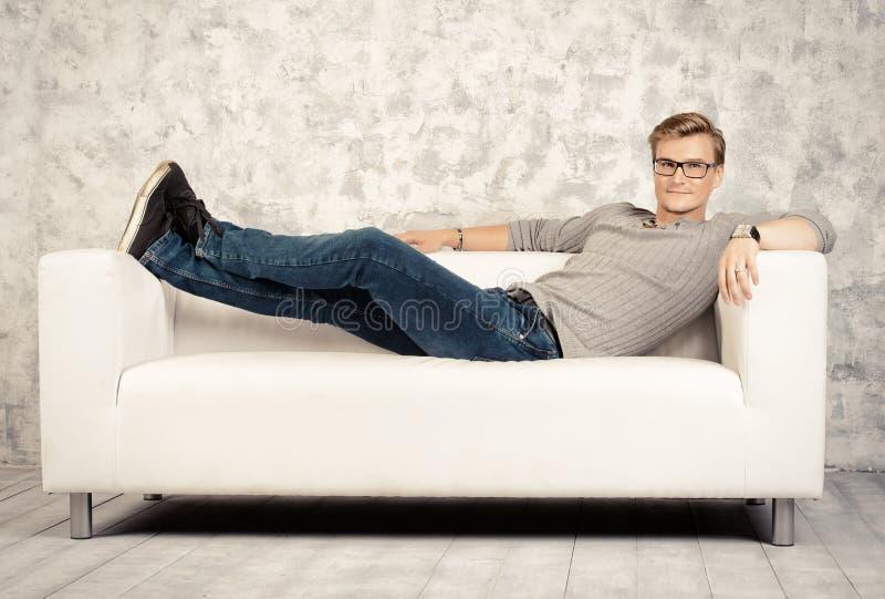 Relaxamento em um sofá fotografia de stock