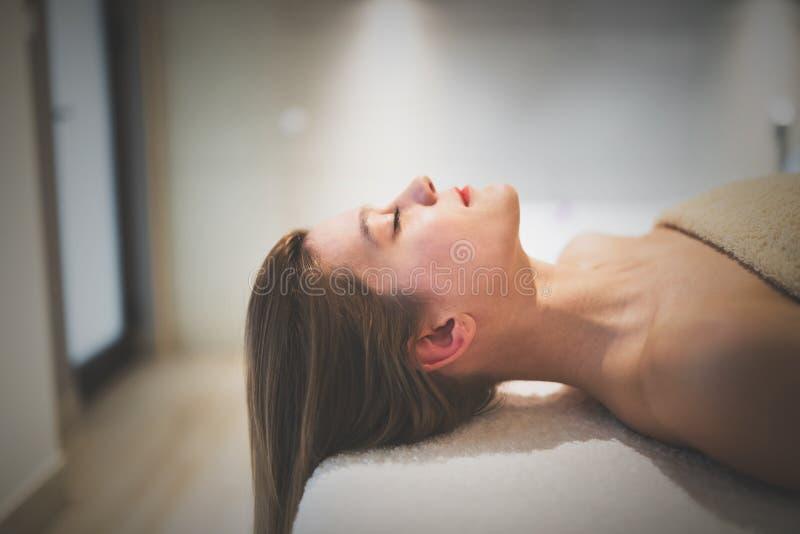 Relaxamento fêmea no recurso foto de stock royalty free