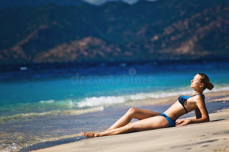 Relaxamento modelo bonito em uma praia fotografia de stock royalty free
