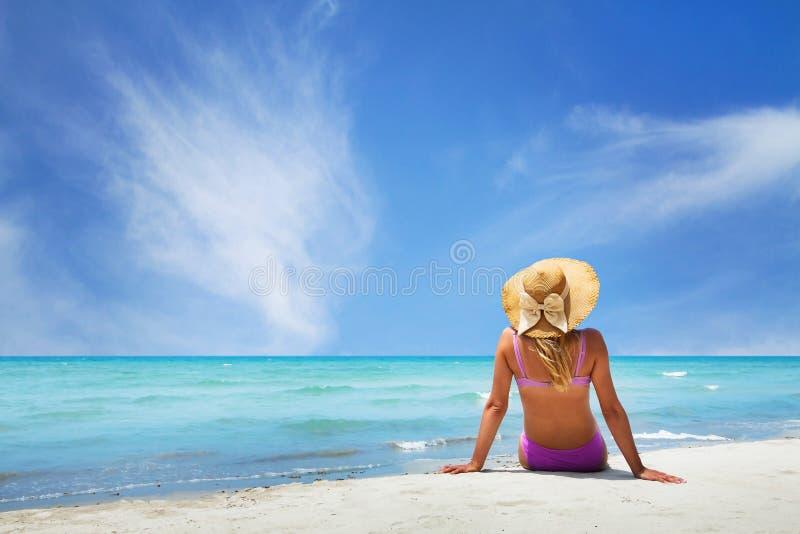 Relaxamento na praia do paraíso fotos de stock royalty free