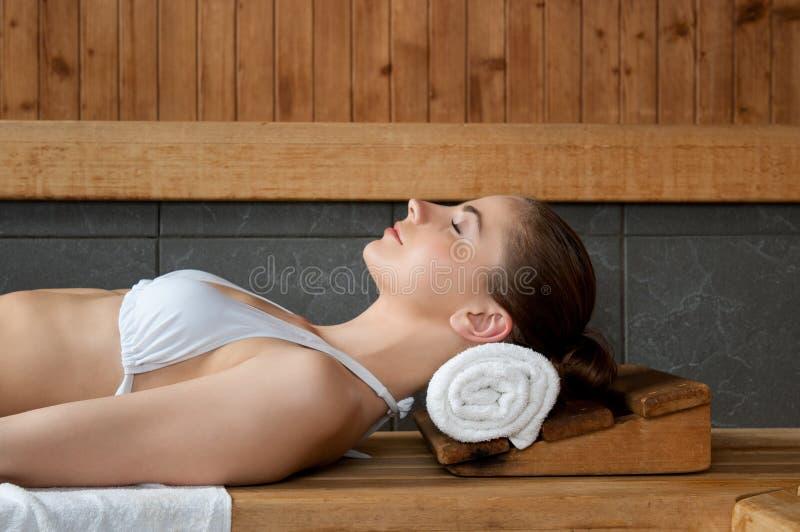 Relaxamento na sauna fotos de stock