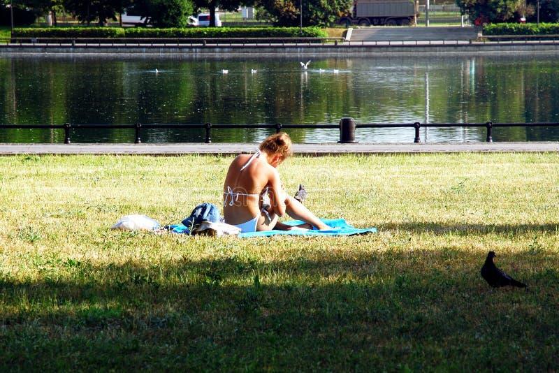 Relaxamento no dia de verão quente na cidade pela água fotografia de stock