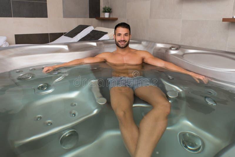 Relaxamento no Jacuzzi quente do tubo fotos de stock