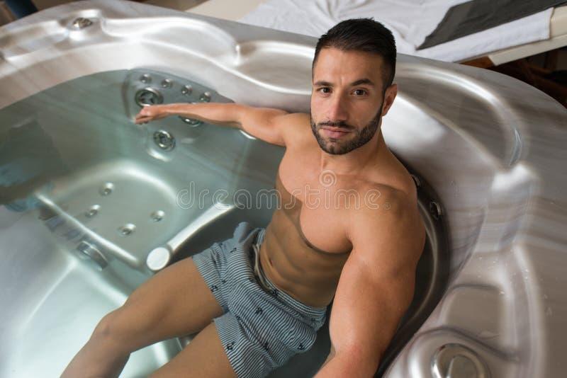 Relaxamento no Jacuzzi quente do tubo imagens de stock
