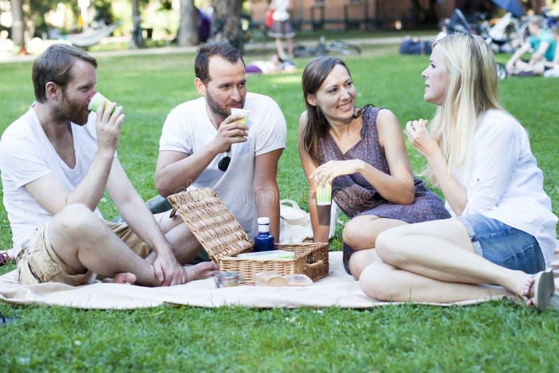Relaxamento no parque fotografia de stock royalty free