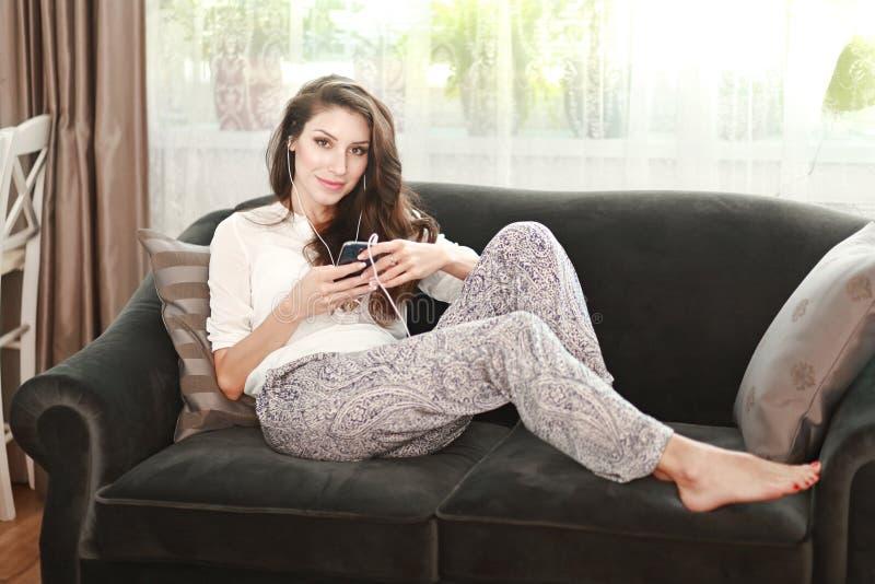 Relaxamento no sofá foto de stock